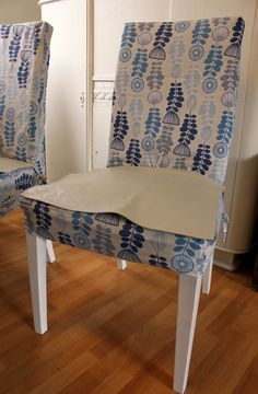 I have made new loose covers for my dining chairs. The original covers was black. That was to dark for my taste, so I made new one . Ikea Dining Chair, Dining Room Chair Slipcovers, Dining Room Chair Covers, Lounge Furniture, Recover Chairs, Slipper Chair Slipcover, Chair Makeover, Parsons Chairs, Diy Chair