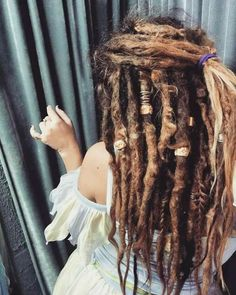 Female Dreadlocks: 70 options for non-standard images - Afro Hair Dread Braids, Dreadlocks Girl, Blonde Dreads Girl, White Girl Dreads, Dread Bun, Box Braids, Thick Dreads, Natural Dreads, Dreadlock Styles