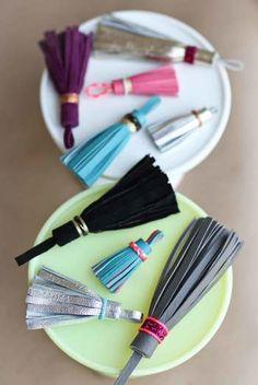 この秋も流行のレザータッセルが、特別な道具を使わずに簡単にできます。必要なものは、革とハサミと接着剤だけ!お好みで、好きな色の紐や金具を用意しましょう。