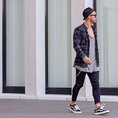 Dicas de styling para homens que vão curtir os festivais de música com estilo, camisa xadrez e chapéu como acessório