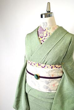 クリーミーでパウダリーなグリーン美しく染め出されたそよ風のような、せせらぎのような、自然なゆらぎのあるマーブル模様の裾と袖にぼかし染めが重ねられた幻想的な詩情ただよう袷の付下げ着物です。 Japanese Textiles, Japanese Kimono, Japanese Outfits, Japanese Fashion, Geisha, Girls Dresses Sewing, Modern Kimono, Yukata Kimono, Kimono Design