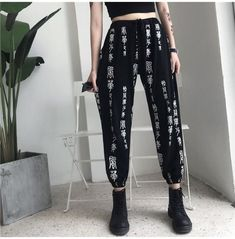 Korean Fashion Trends you can Steal – Designer Fashion Tips Edgy Style, Mode Style, Hipster Outfits, Grunge Outfits, Korean Outfits, Harajuku, Fashion Pants, Fashion Outfits, Fashion Trends