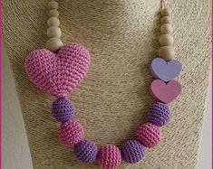 Un collar de enfermería con un corazón de ganchillo en varios colores.  Por favor seleccione la alternativa que se basa en el número de fotos de 1 a 5.