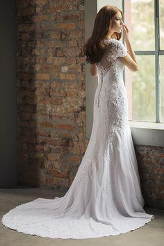 Vestido de noiva de crepe com aplicações de renda, decote nas costas e cauda longa ( Vestido: Nova Noiva | Beleza: Agência First | Foto: Larissa Felsen )
