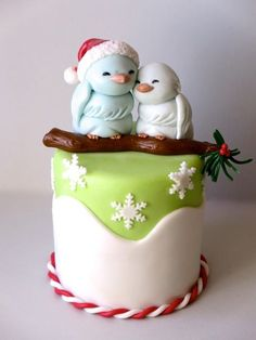 Sweet Little Birds Christmas Cake Tutorial - not in english but the pictures are very self explantory Christmas Sweets, Christmas Baking, Christmas Cakes, Christmas Cake Topper, Xmas Cakes, Christmas Bird, Christmas Wedding, Fancy Cakes, Cute Cakes