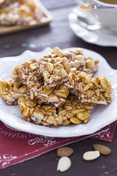 Il croccante alle mandorle (almond brittle) è un tipico dolce natalizio, di semplice realizzazione e grande gusto. #ricetta #GialloZafferano #Natale #Christmas