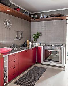 Se você não tem medo de ousar, pode investir no mobiliário com a cor Marsala. Olha que cozinha mais linda!