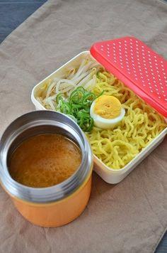 【nanapi】 お弁当にあたたかいラーメンをもっていけたらいいなーという長年の願い、スープジャーを使って実現することができました!作り方はとっても簡単です!材料(1人分)ラーメン・・・1食分もやし・・・一握り長ネギ・・・2cm茹で卵・・・1個スープジャーを温める熱湯・・・250cc... Japanese Bento Lunch Box, Japanese Food, Japanese Meals, Healthy Dishes, Healthy Eating, Bento Kids, Soup In A Jar, Aesthetic Food, International Recipes