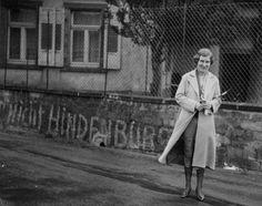 """Frau mit Trikolore und """"nicht Hindenburg"""", Saarland, wohl 1934"""