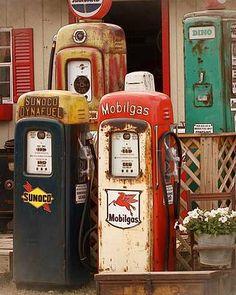 Old Gas Pumps, Vintage Gas Pumps, Vintage Trucks, Old Trucks, Vintage Auto, Station Essence, Pompe A Essence, Harley Davidson, Gas Service