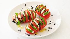 Tomato caprese in Hasselback potato-style with a balsamic drizzle – perfect for eating al fresco! Potluck Side Dishes, Summer Side Dishes, Peanut Butter Granola, Homemade Peanut Butter, Yummy Appetizers, Appetizer Recipes, Tomato Caprese, Caprese Salad, Bacon Wrapped Asparagus