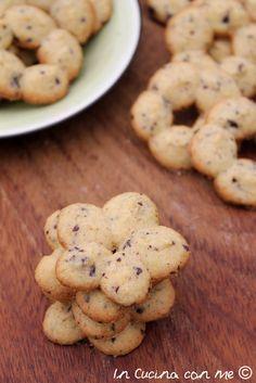 Una nuova ricetta per la sparabiscotti con nocciole e cioccolato, friabili biscotti ideali da gustare con una buona tazza di tè o latte.