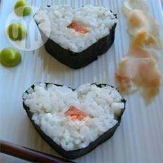 Sushi casero fácil: Me encanta el sushi y hacerlo en casa es muy simple con esta receta que me pasaron, y se prepara bastante rápido.
