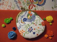 """Porta-moedas com bordado português """"Lenço dos Namorados"""".    Retirado de: http://terapiadoartesanato.files.wordpress.com/2012/04/c2-2.jpg"""