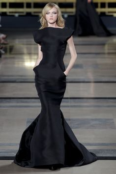 See the entire collection from the Stephane Rolland Fall 2010 Haute Couture runway show. Couture Mode, Style Couture, Couture Week, Couture Fashion, Runway Fashion, Fashion Show, Fashion Design, Stephane Rolland, Rock Dress