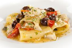 Paccheri, tuna, little fresh tomato, capers. this is an awesome dish, expecially in the summer. Tuna Recipes, Pasta Recipes, Gourmet Recipes, Healthy Recipes, Polenta, Frugal, I Love Food, Pasta Dishes, Summer Recipes