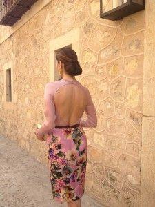 Vestido de flores y cinturón de The 2nd Skin Co., pendientes de Buccellati y cartera de Giorgio Armani