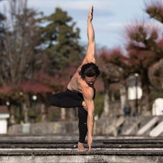 Nowadays, yoga classes have actually become a necessity than ever. The practice is popping up in gyms, schools, and even some stores, not to discuss actual yoga studios! Yoga Poses For Men, Yoga For Men, Yoga Man, Iyengar Yoga, Ashtanga Yoga, Vinyasa Yoga, Yoga Inspiration, Yoga Fitness, Hata Yoga