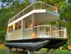 Epic Tiny House on Pontoons with Upstairs Deck. This is the coolest house. Pontoon Houseboat, Houseboat Living, Trailer Casa, Trailerable Houseboats, Floating Pontoon, Shanty Boat, Casas Shabby Chic, Haus Am See, Water House