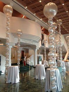 Squiggly Spheres, Tower Spheres, 3 foot balloons #Party decor #Giant sculptures Baloons +++ Decoracion de fiesta con globos nacarados metalizados a tamaño natural esculturas Elegante
