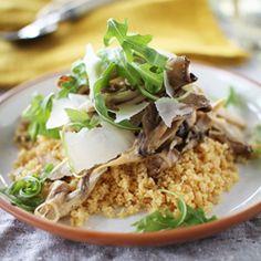Questa ricetta unisce cous cous, funghi saltati con aglio e prezzemolo, rucola fresca e scaglie di Grana Padano. il risultato è molto gustoso e leggero!