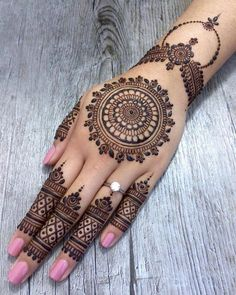 As the time evolved mehndi designs also evolved. Now, women can never think of any occasion without mehndi. Let's check some Karva Chauth mehndi designs.Legs are a very beautiful canvas for showcasing Mehndi. It is a tradition for the Indian bride to Henna Tattoo Hand, Henna Tattoo Designs, Henna Tattoos, Henna Tattoo Muster, Finger Tattoos, Mandala Tattoo, Paisley Tattoos, Henna Mandala, Art Tattoos