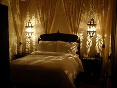 カーテンとペンダントを上手く配置して、もう一つ奥にお部屋があるように感じられる奥行感が感じられる寝室。