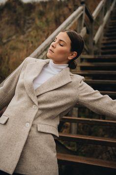 Der Blazer ist aus portugiesischer Eco-Life Wolle mit beige/hellbraunem Fischgrätmuster für dich gefertigt. Zwei Knöpfe verleihen dem Blazer einen modernen Doppel-Reiher Look, welcher auf eine raffinierte Art umgesetzt ist. Zwei Pattentaschen und ein gerader Schnitt machen den Blazer zu einem hochwertigen und klassischen Blazer Modell, an dem du lange Freude haben wirst. #ayenlabel #wollblazer Blazer Outfit, Pullover, Models, Herringbone, High Neck Dress, Coat, Jackets, Dresses, Fashion