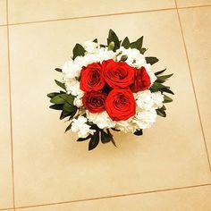 #flowers #inlove #diseñofloral #mecasoenmorelia #bouquet #rosasrojas #hacemosbouquets #paranovia #paradama #morelia #BODASENMORELIA #weddingplanner