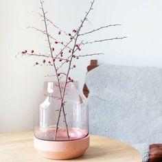 Muuto Elevated vaas is een ontwerp van de Deense vormgever Thomas Bentzen.  De vaas bestaat uit twee delen: een handgedraaide houten bowl en een mondgeblazen vaas.  De bowl kun je ook apart gebruiken als schaal.  Afmetingen: 16,7 doorsnede, hoogte 21,9 cm.  De vaas met de bloem wordt letterlijk en figuurlijk op een voetstuk geplaatst.  De elevated vase van Muuto is een mooie aanvulling op het interieur, met of zonder boeket. www.emma-b.nl