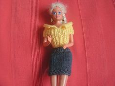La plupart des vêtements que je vous propose se tricotent avec des aiguilles n° 2. j'ai quelques modèles qui se tricotent avec de la laine peluche ou autre, mais je vous les présenterai plus tard (laissez moi le temps de les faire). Si vous voulez voir...
