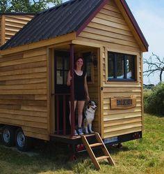 Madison Baluchon: Elle crée une tiny-house en France et prouve que tout est… Best Tiny House, Tiny House Cabin, Tiny House Living, Tiny House Design, Tiny House On Wheels, Small House Plans, Tiny Houses, House Dr, Unusual Houses