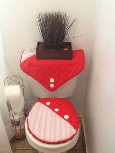 Juego de baño Chic Bathrooms, Bathroom Sets, Crochet Projects, Sewing Projects, Princess Party Favors, Bathroom Crafts, Burlap Curtains, Patchwork Bags, Chair Pads
