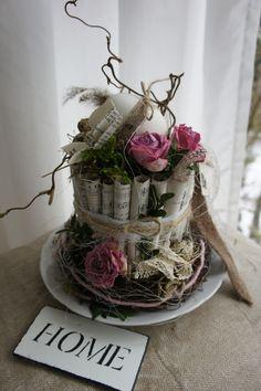 Eine traumhaft schöne Osterdeko...die Schönheit liegt oft in der Einfachheit der Dinge..Ostern, wie es geschrieben steht...auf einem antiken Porzellanteller sitzt ein Nest aus aufgerollten...
