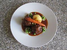 Boulettes de viande de veau à la sauce, carotte pomme de terre et de pois avec des voiles d'oignon Gino D'Aquino