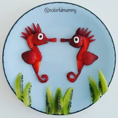 İkiz denizatları sohbete dalmış... Twin seahorses are talking intimately... . Çilek, kivi, peynir, çikolata granülü... Strawberry, kiwi, cheese, chocolate granules... #strawberry #seahorses