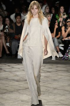 See all the Collection photos from Christian Siriano Spring/Summer 2016 Ready-To-Wear now on British Vogue Fashion Week, World Of Fashion, Spring Fashion, High Fashion, Fashion Show, Fashion Looks, Women's Fashion, Christian Siriano, Couture Fashion
