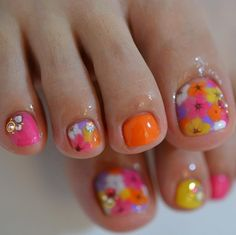 10 Easy Pedicure Designs for Spring - 101 NailDesign Pretty Toe Nails, Cute Toe Nails, Fancy Nails, Love Nails, Diy Nails, Toenail Polish Designs, Toe Nail Designs, Cute Toenail Designs, Pedicure Nail Art