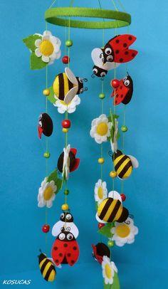 Zomer mobiel met bijtjes en lieveheersbeestjes uit vilt. Zelf creaties van vilt maken? Kijk voor vilt eens op www.bijviltenzo.nl