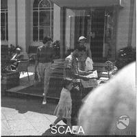 Soraya ripresa a Capri appena uscita Hotel Quisisana con la madre. Soraya soggiorna a Capri in compagnia della madre e del principe Raimondo Orsini. Capri. 28.04.959