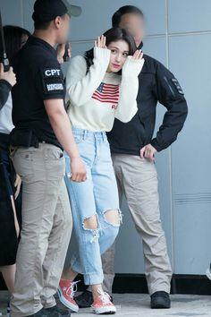 Jeon Somi ❤❤ Taeyeon Fashion, Fashion Idol, Fashion Looks, Style Fashion, Korean Airport Fashion, Korean Fashion, Hair Style Korea, Cool Outfits, Casual Outfits