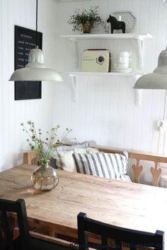 ダイニングテーブル、一方にはチェアー、もう一方には ベンチ。ベンチには、リラックスしやすいようにお気に入りのクッションを置いて。