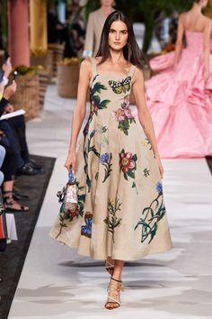 The complete Oscar de la Renta Spring 2020 Ready-to-Wear fashion show now on Vogue Runway. Fashion Moda, Look Fashion, Spring Fashion, Fashion Show, Womens Fashion, Fashion Design, Winter Fashion, Floral Fashion, Vogue Fashion