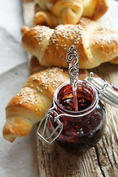 Croissants with homemade jam  - Ich denke, wir frühstücken jetzt mal zusammen!  Liebe Grüsse   M