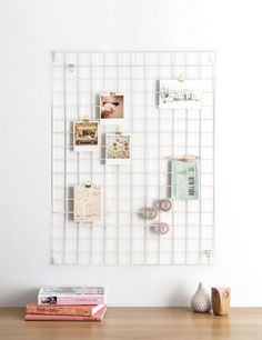 Coole Idee fürs Home Office um Postkarten, Flyer, Notizzettel oder Fotos aufzubewahren. Craft Corner, Clean Lines, Desk Areas, Office Desk, Shelves, Board, Quirky Decor, Wire Mesh, Design