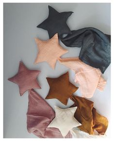 and baby in bed Star shaped comforters made from organic cotton that gets softer with each wash . Star shaped comforters made from organic cotton that gets softer with each wash . New baby Lovey Doudou by Dusty Pink, Gold, Pale Peach and Dark Grey. Handgemachtes Baby, Baby Lovey, Baby Kind, Mom And Baby, Baby Toys, Toddler Toys, Baby Sewing, Free Sewing, Organic Baby