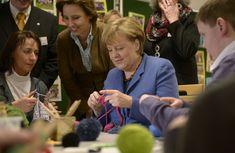 Lavori a maglia e giochi da tavolo: la Merkel torna bambina