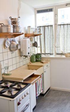 De keuken van vroeger. Deze keuken hadden wij toen we trouwden. Wel met oranje gebloemde pannen en voorraadbussen