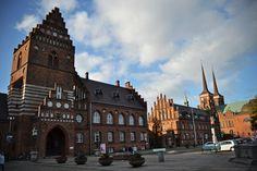 Ро́скилле (дат. Roskilde) — город в Дании, на востоке острова Зеландия (Шелланн). Roskilde centrum with the cathedral towers
