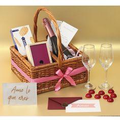 El #amor nos hace generar los mejores #sentimientos. Un #regalodeamor debe tener #champagne #chocolates #trufas #galletas #copas y una tarjeta de celebracion sin igual. Todo en una #ancheta tipo picnic. Disponible en la #tiendaderegalos a #domicilio de La Confitería. Wine, Drinks, Bottle, Products, Box Of Chocolates, Cookies, Te Quiero, Te Amo, Love Gifts
